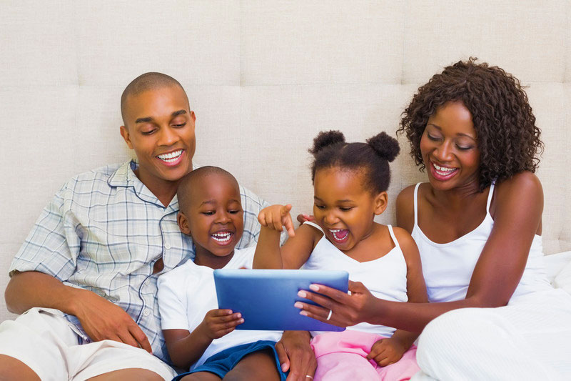 Parents-with-kids-and-tablet